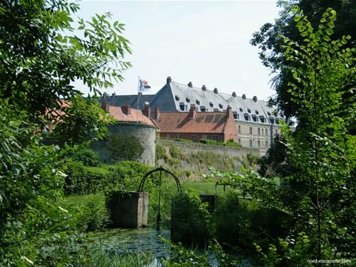Les fortifications, et en arrière plan, l'arsenal de Bergues