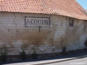 Maison portant sur son mur l'inscription Acquin