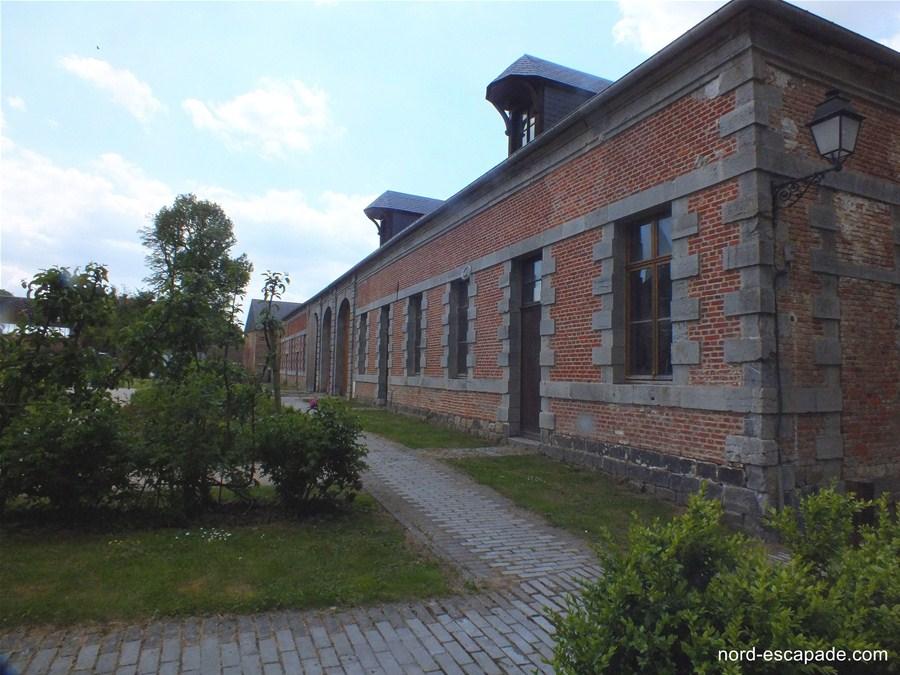 Ecuries de l'abbaye de Liessies, aux abords du parc et de l'église.