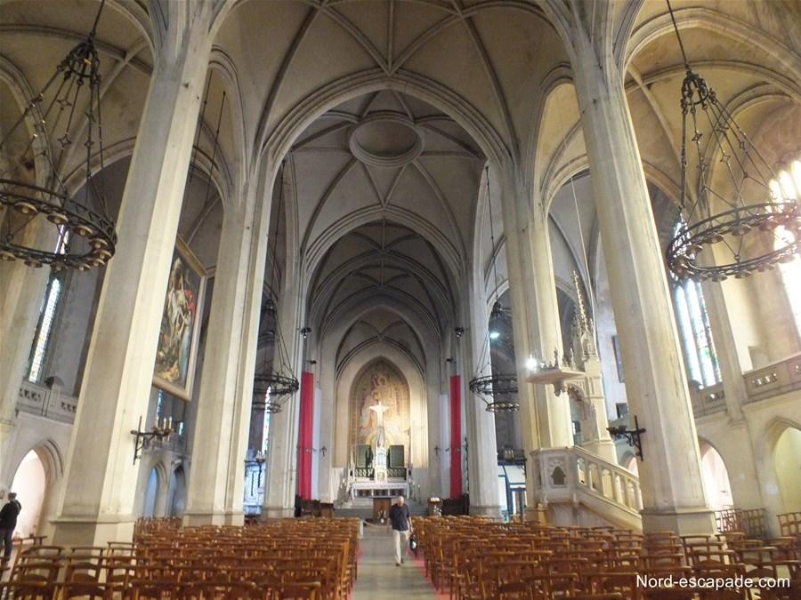 Photographie de l'intérieur de l'église néogothique Saint-Jean-Baptiste à Arras, église contenant un rubens