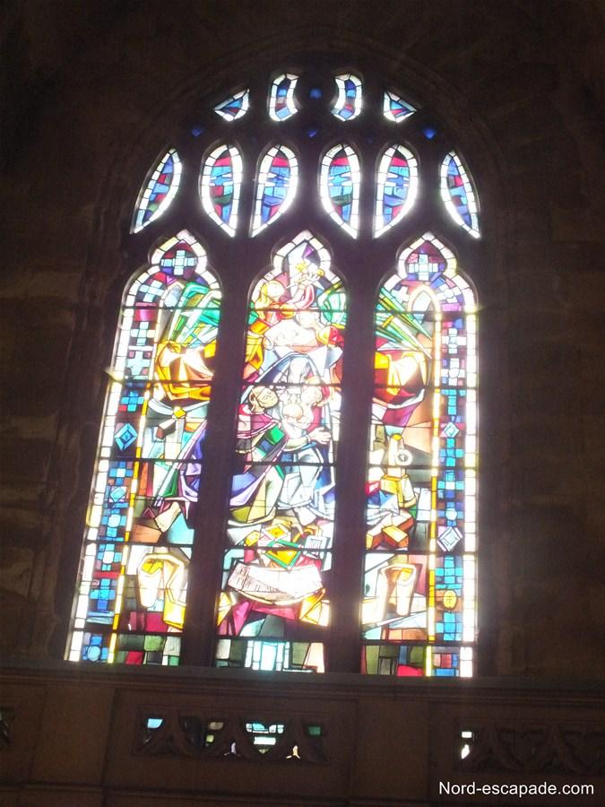Photographie de l'un des vitraux de l'église Saint Jean-Baptiste à Arras