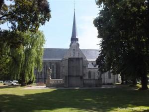 L'église Notre-Dame et le monument aux morts de Douai.