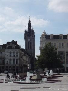 La fontaine de la Place d'Armes et le Beffroi de Douai en arrière plan.