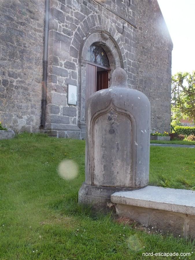 Le monument funéraire au pied de l'église de Marbaix