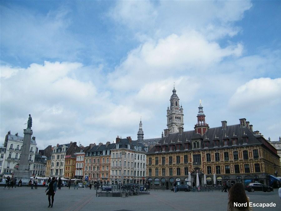 Photographie de la célèbre grand Place de Lille, Place général de Gaulle, avec l'ancien théâtre, la vieille bourse et la statue du général