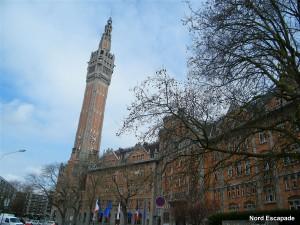 Photographie du beffroi de Lille, surplombant la mairie