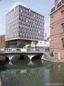 Le nouveau Palais de justice de Douai, au style architectural tranchant parmi les autres éléments de la vieille ville.