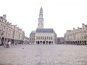 La Place des Héros d'Arras, avec ses pignos, son hôtel de ville et son Beffroi