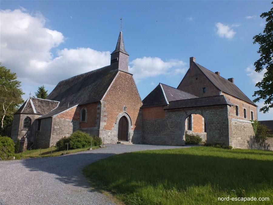 Eglise de Moustier-en-Fagne et prieuré Saint-Dodon, prieuré disposant de deux porches de pierres bleues.