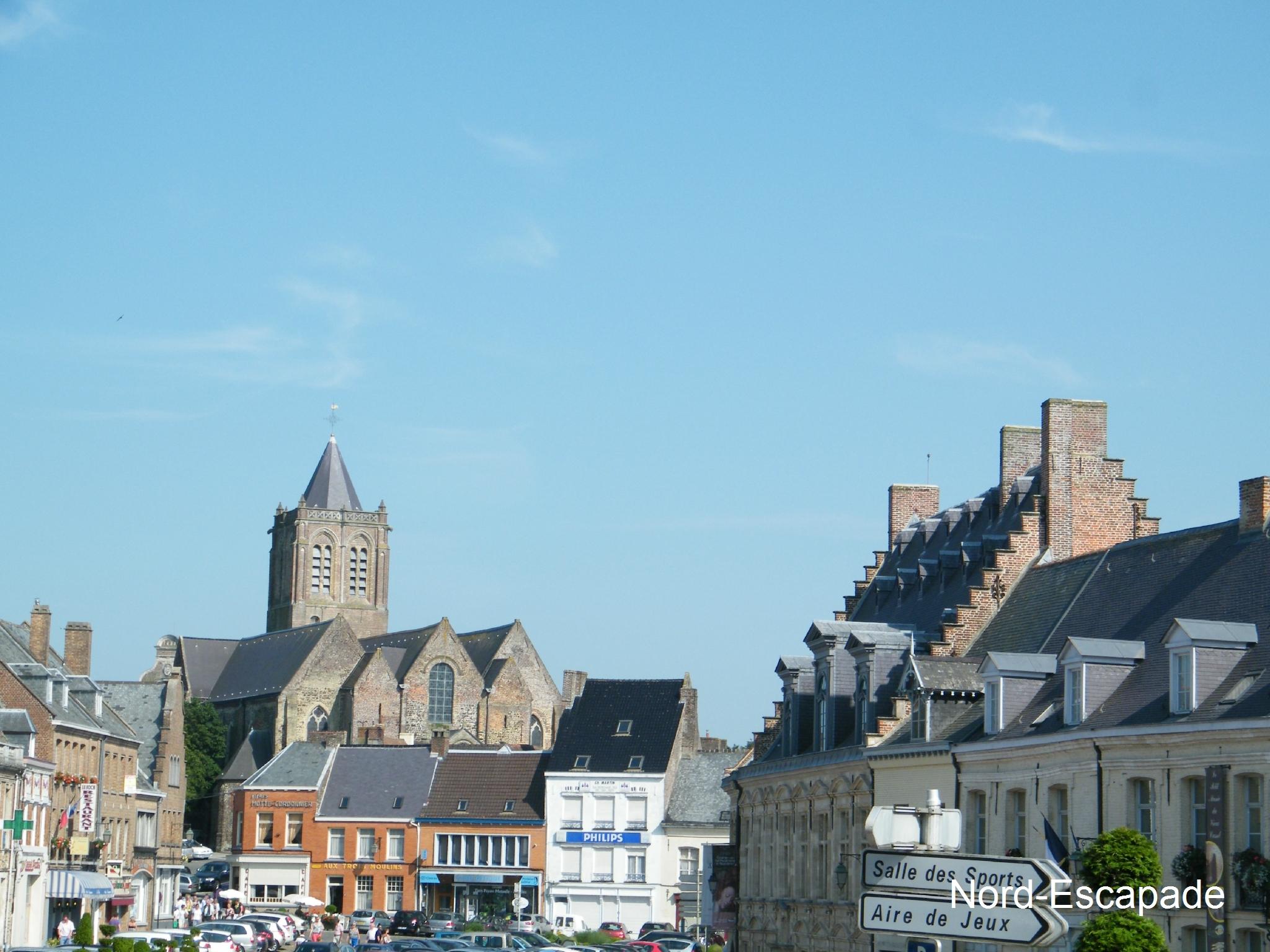 Eglise de Cassel ainsi que le musée de Flandre, sur la droite.