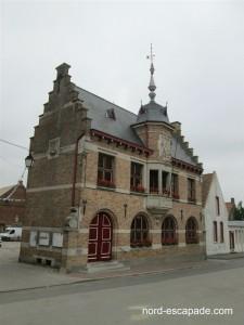 Photo image de l'hôtel de ville de Bollezeele à l'architecture flamande