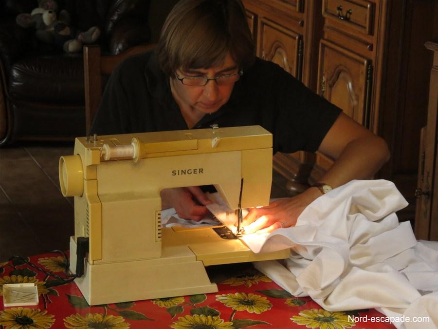Travail de couture pour des vêtements sur-mesure