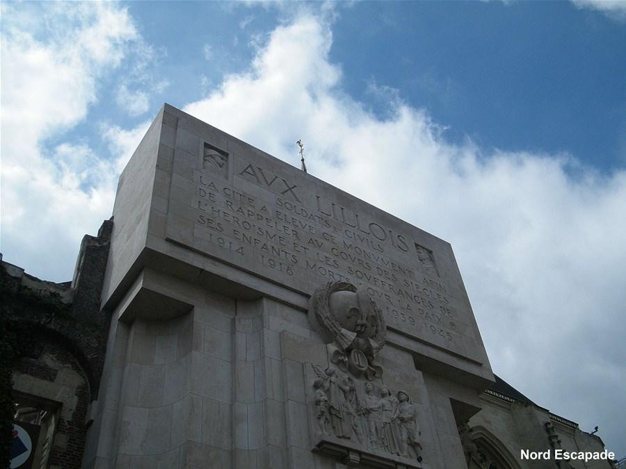 Le monument aux morts, près du Palais Rihours