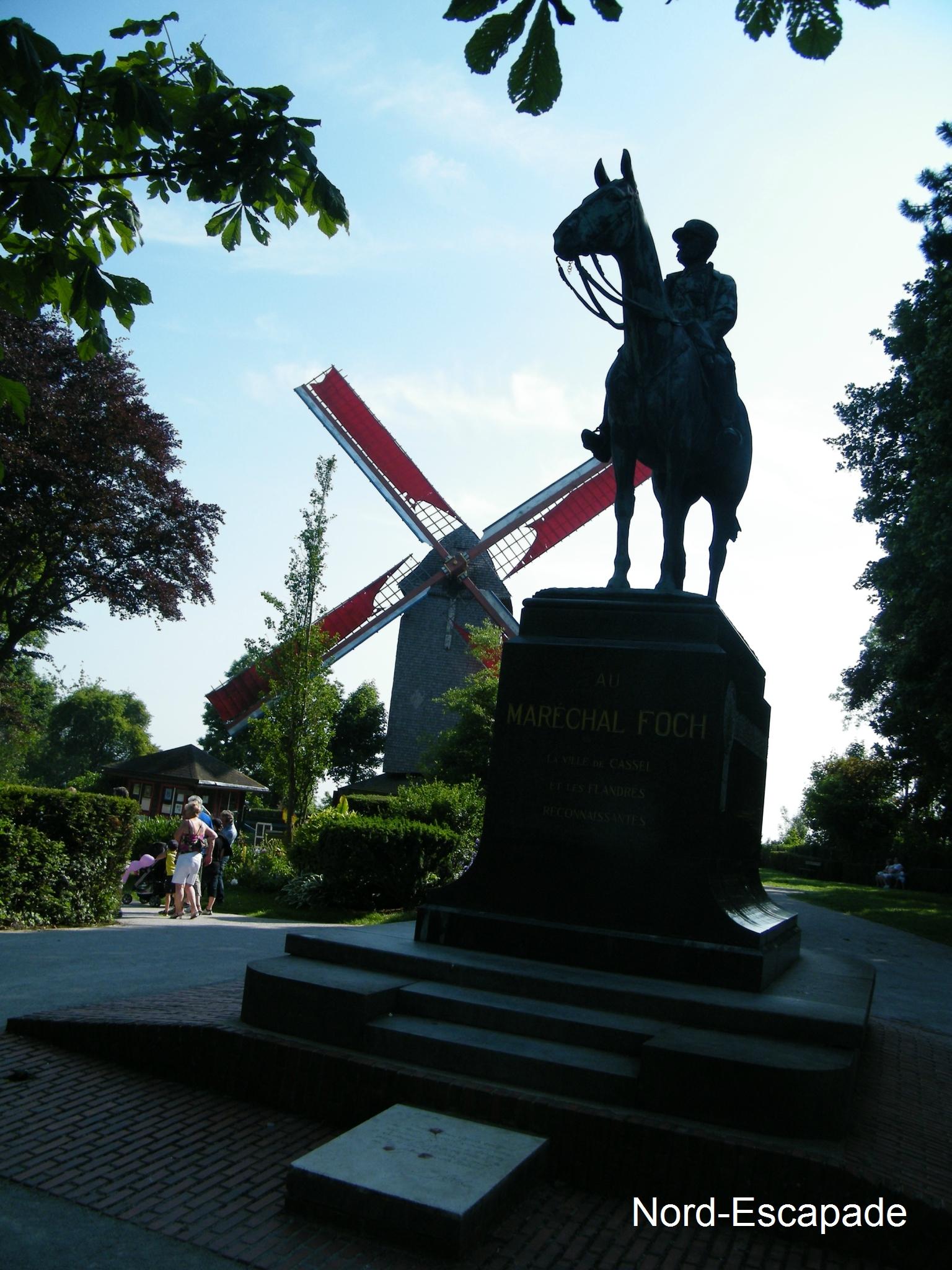 Le moulin de Cassel et la statue du Maréchal Foch