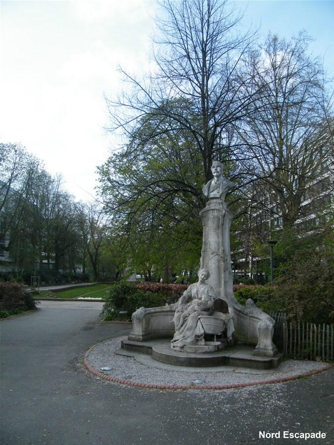 Statue de Desrousseaux et du petit quinquin, dans les bras de sa mère.