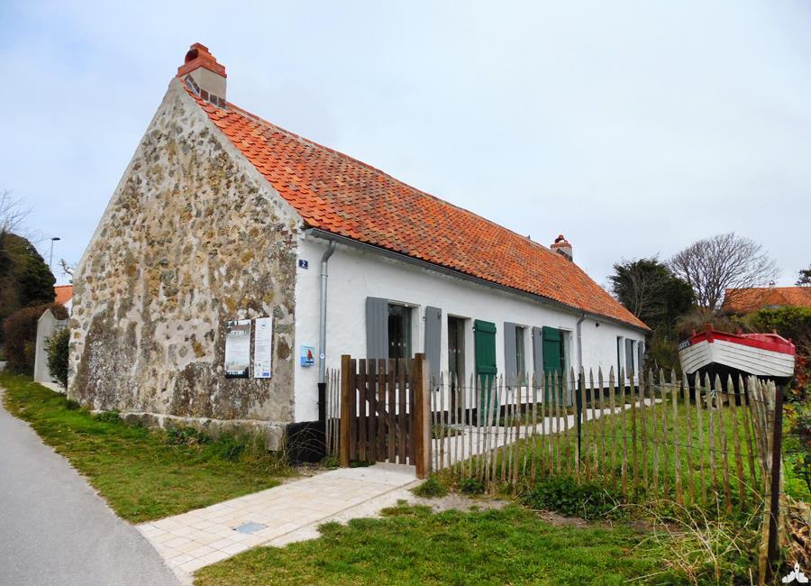 """Maison de pêcheurs traditionnelle de Wissant et son petit """"Flobart"""", bateau typique"""
