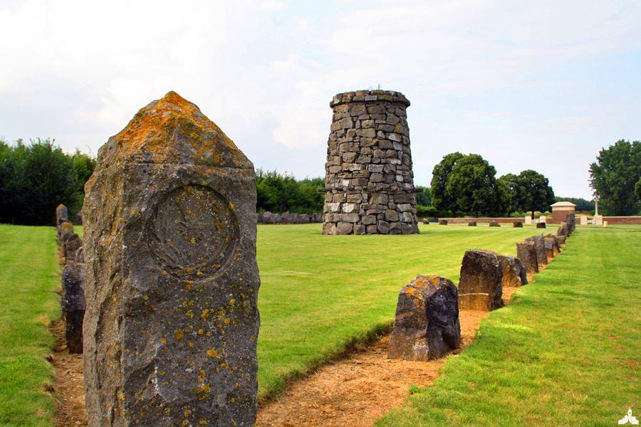 Le Mémorial à la 9ème Division Écossaise et Point du Jour Cemetery - Athies