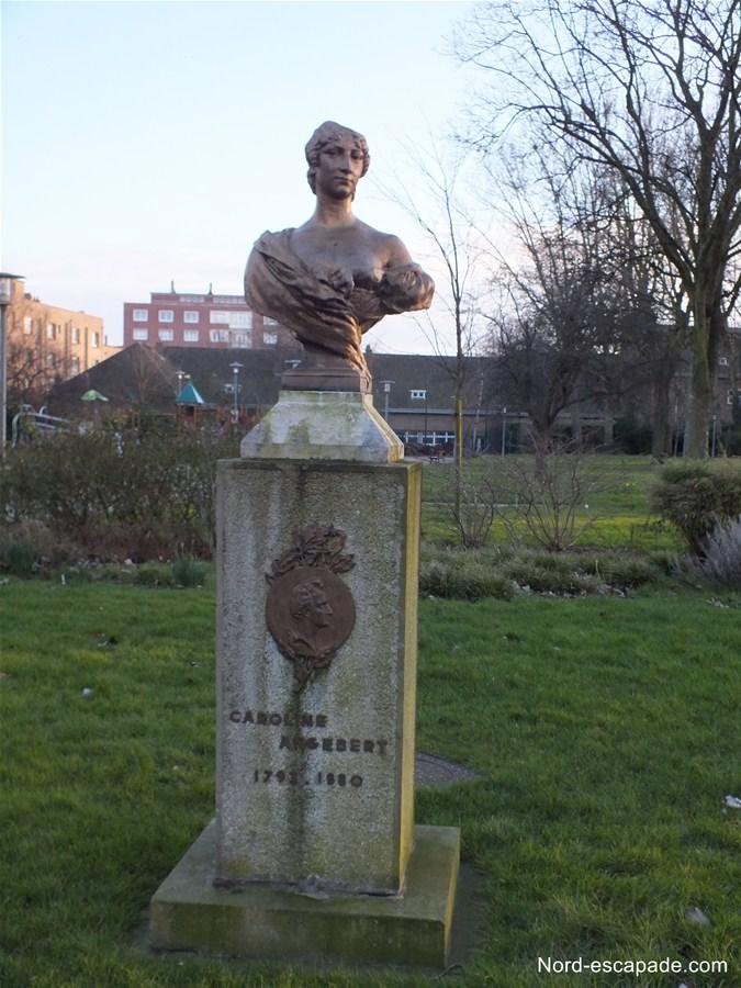 Le Buste de Caroline Angebert, à l'entrée du parc de la marine, à Dunkerque