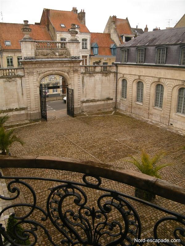 Le musée Sandelin: cour et rue Carnot à Saint-Omer