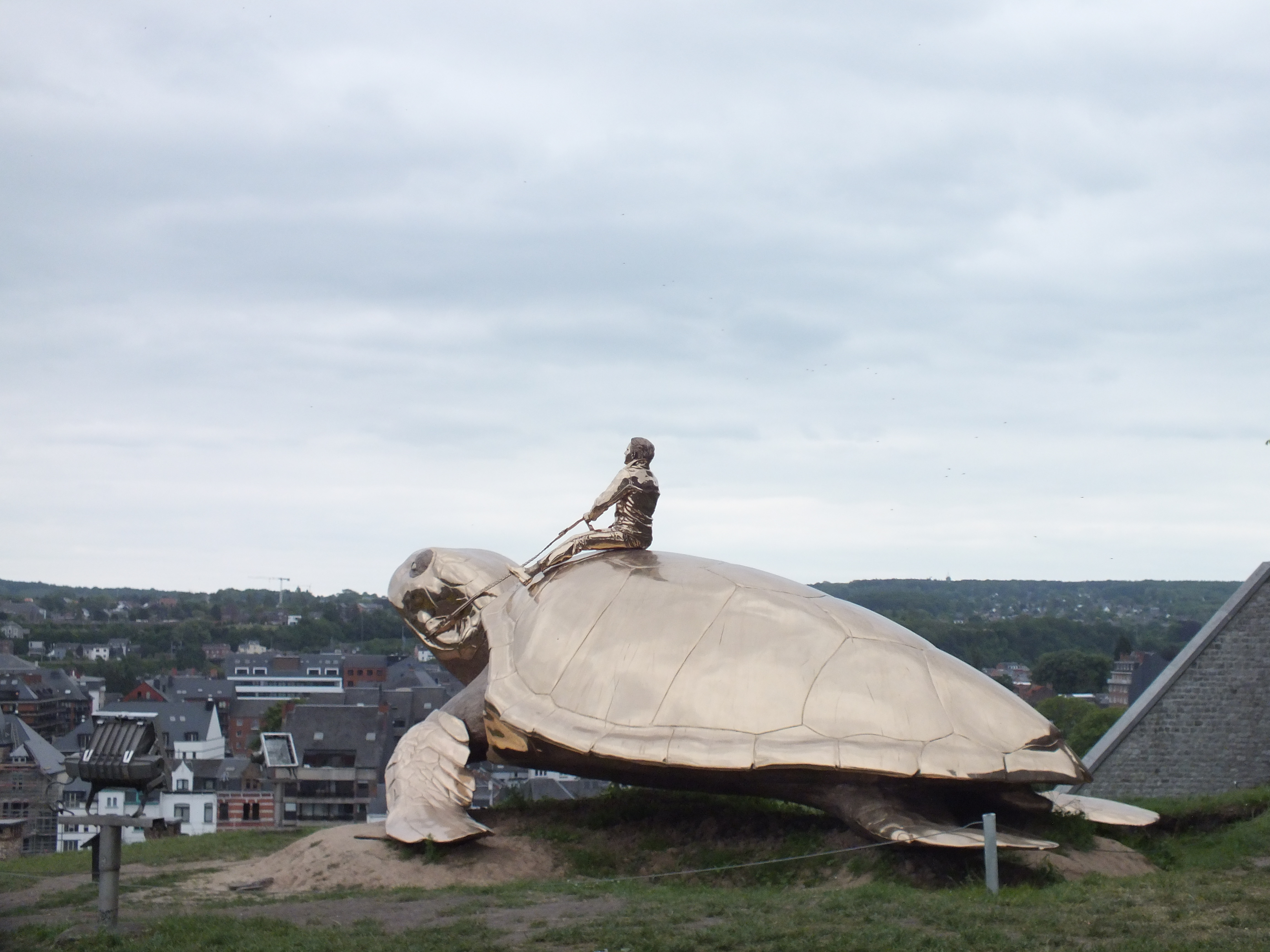 En haut de la citadelle de Namur: la tortue de Jean Fabre