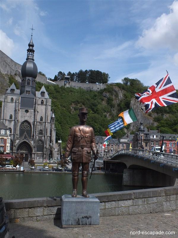 La statue du général de Gaulle et la collégiale Notre-Dame de Dinant