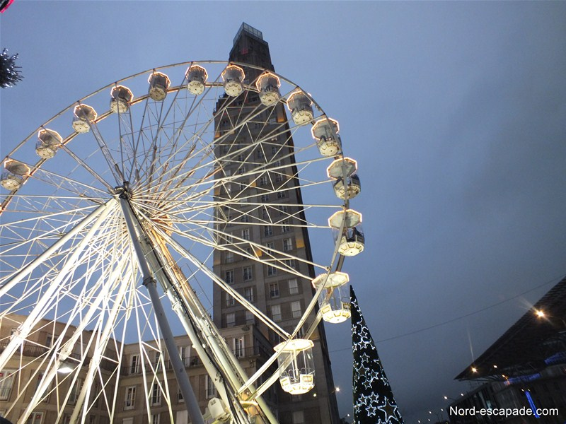 La tour Perret d'Amiens et la grande roue de Noel