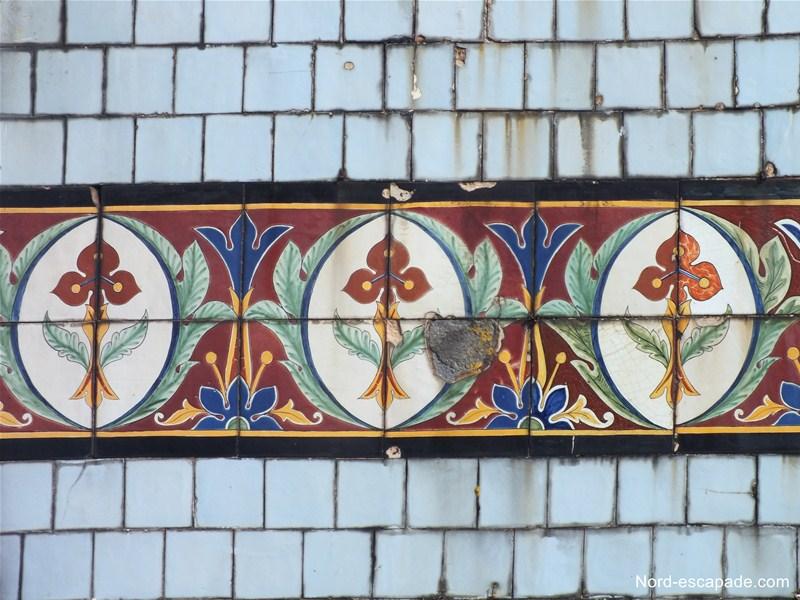 Faience de Desvres sur la façade du café Verlingue