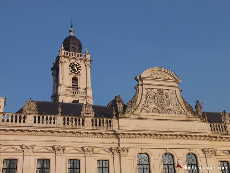 Le fronton de l'hôtel de ville d'Aire-sur-la-Lys