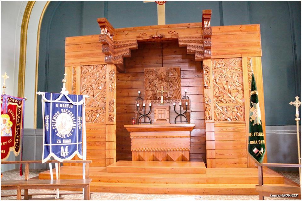 L'autel de l'église Saint-Stanislas, dans la cité Bruno de Dourges