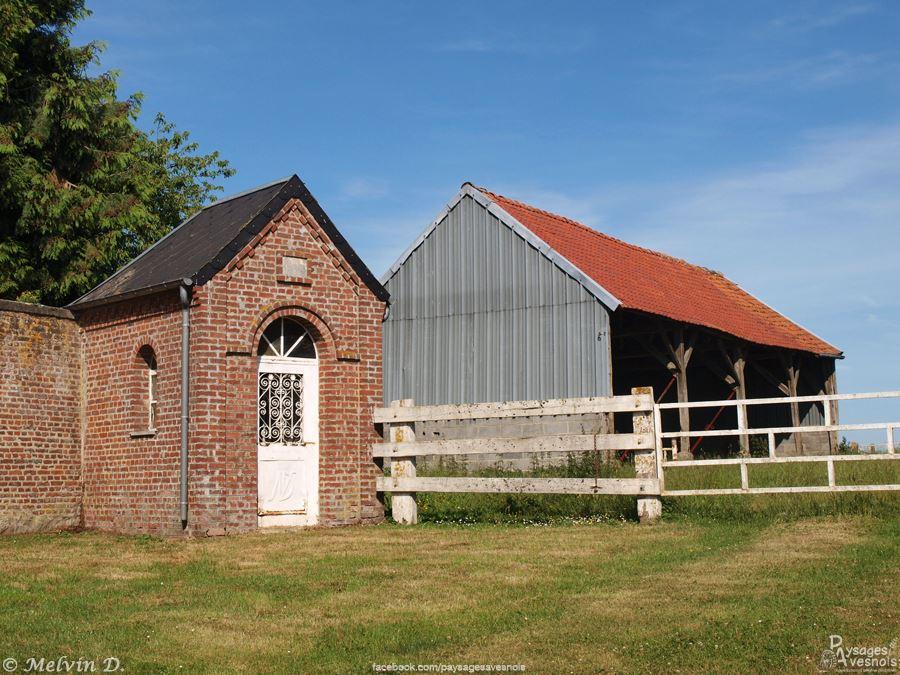 La chapelle située sur la place de Robersart