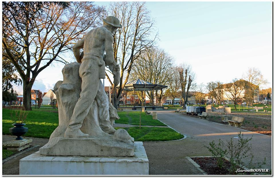 Une statue de mineur près du kiosque à Liévin