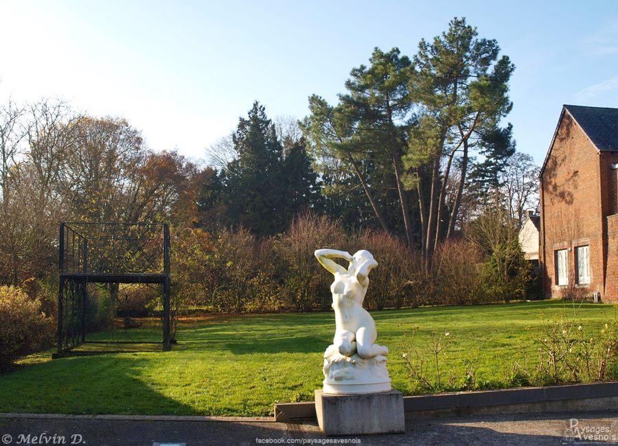 La statue de madeleine au réveil devant le kiosque à danser de Sains-du-Nord