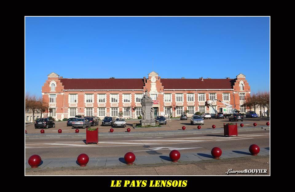 Mairie de Sallaumines, face au monument